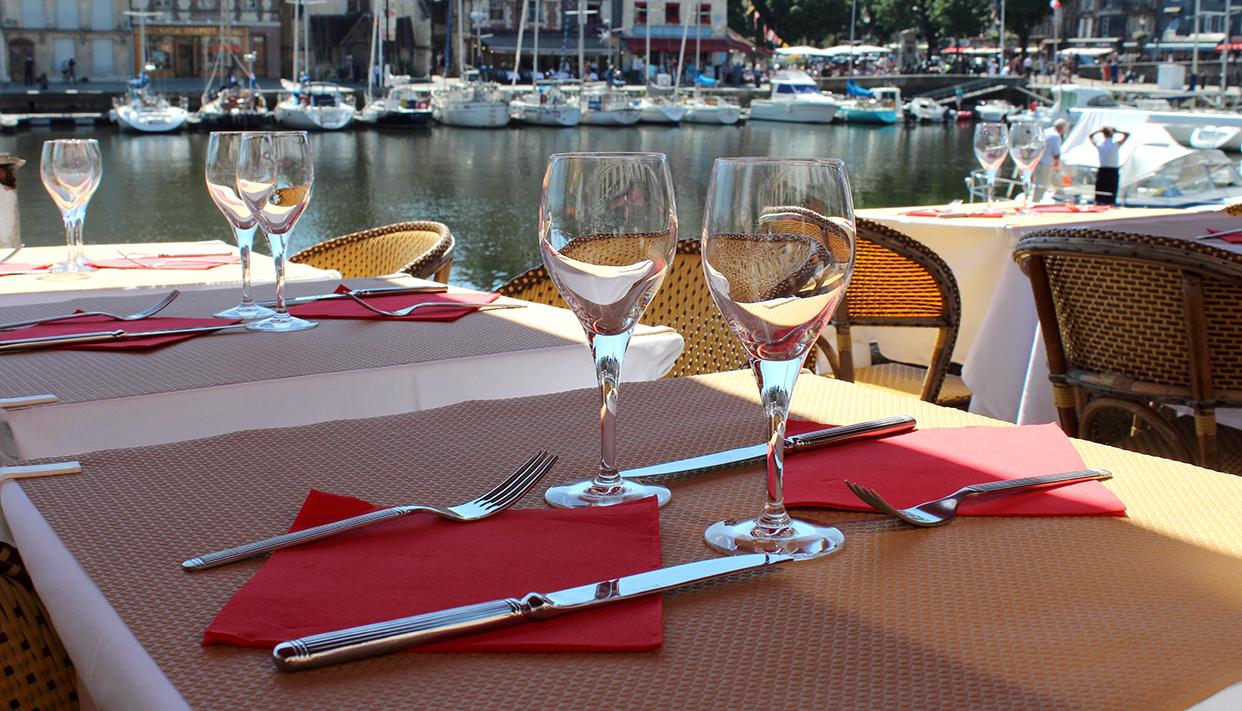 Table sur la terrasse de restaurant français avec vue sur le po